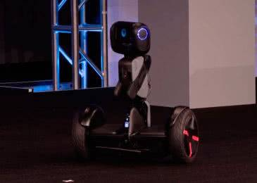 Loomo Go — новинка, объединившая возможности робота и гироскутера
