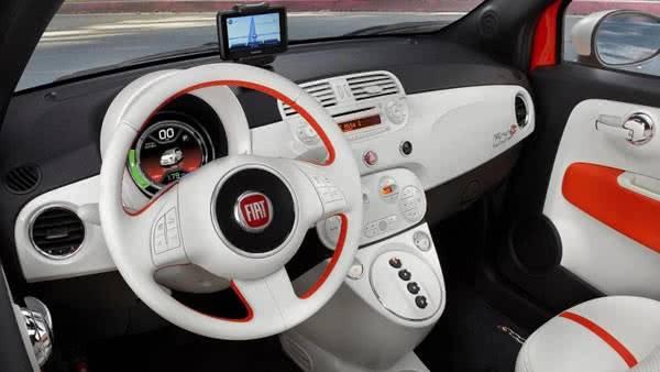 В салоне Fiat 500e