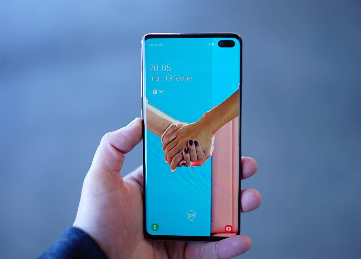 Samsung Galaxu S10 Plus в руках