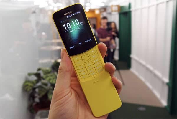 Nokia 8110 в руках