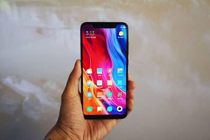Xiaomi Mi 8 в руке