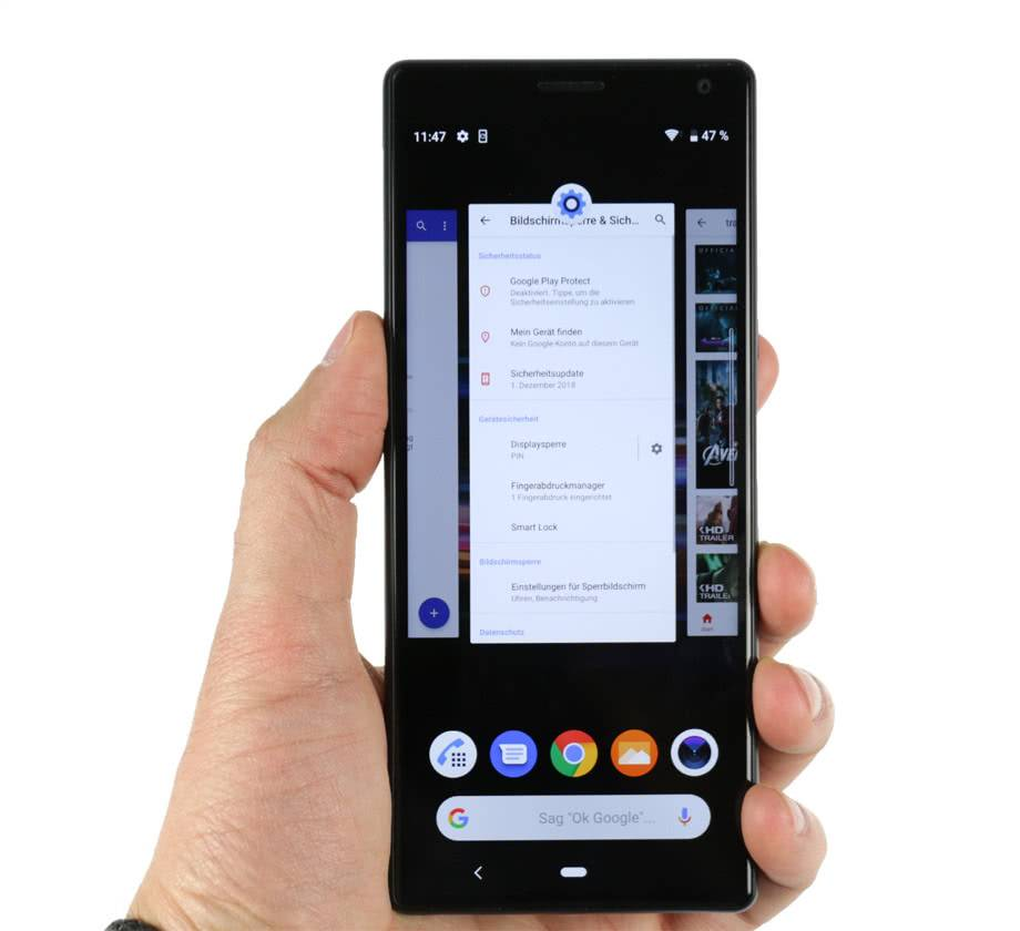 Sony Xperia 10 Plus в руках